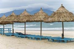 Укрытия и sunbeds ладони в пляже в Da Nang Стоковые Изображения RF
