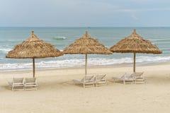 Укрытия и sunbeds ладони на Китае приставают к берегу в Da Nang Стоковое Фото