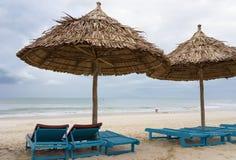 Укрытия Sunbeds и ладони в Китае приставают к берегу в Da Nang Стоковые Фото