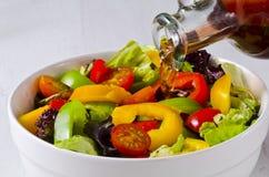 Уксус лить в салатницу стоковые фото