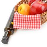 Уксус яблочного сидра в бутылке и зрелых яблоках изолированных на whit стоковые изображения rf