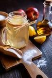 Уксус яблочного сидра, лимон и пищевая сода выпивают Стоковое Изображение RF