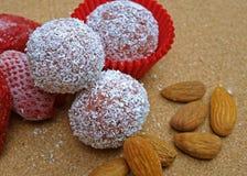 Укусы миндалины клубники на таблице Стоковая Фотография RF