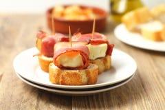 Укусы с беконом и сыром стоковые фотографии rf