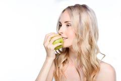 укус яблока принимая женщину Стоковое Изображение