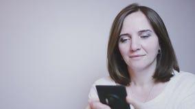 Уклад жизни Дама Довольно усмехаясь средн-постаретая женщина говоря на телефоне акции видеоматериалы