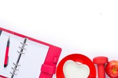 уклад жизни принципиальной схемы здоровый Предпосылка фитнеса с стеклом молока, гантелей и красного яблока Тетрадь план над взгля Стоковые Фото