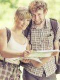 Укладывая рюкзак карта чтения пар на отключении Стоковое Фото