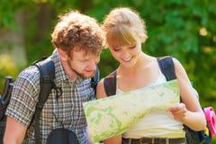 Укладывая рюкзак карта чтения пар на отключении Стоковая Фотография RF