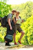 Укладывая рюкзак карта чтения пар на отключении Стоковое фото RF