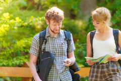 Укладывая рюкзак карта чтения пар на отключении Стоковые Фотографии RF