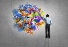 лук-порей коммерсантки дела brainstorming предпосылки смотря обдумывающ высокорослый думать вверх по белизне зрения визуализируя Стоковое Изображение RF