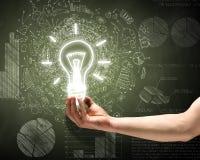 лук-порей коммерсантки дела brainstorming предпосылки смотря обдумывающ высокорослый думать вверх по белизне зрения визуализируя Стоковые Фотографии RF