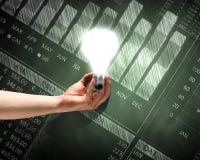 лук-порей коммерсантки дела brainstorming предпосылки смотря обдумывающ высокорослый думать вверх по белизне зрения визуализируя Стоковое фото RF