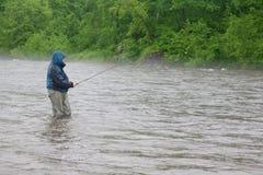 улавливает семг реки рыболова Стоковые Фото