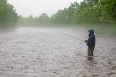 улавливает семг реки рыболова Стоковое Изображение RF