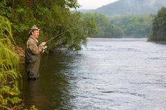 улавливает семг рыболова Стоковое фото RF