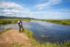 улавливает семг рыболова Стоковое Фото
