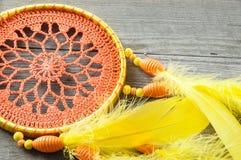 Улавливатель мечты оранжевого желтого цвета на сером цвете стоковое фото rf