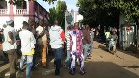 Улица Бамака Мали при люди ждать в здание муниципалитете очереди видеоматериал