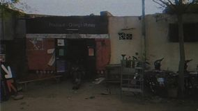 Улица Бамака Мали с автомобилями, домами людей сток-видео