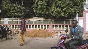 Улица Бамака Мали с людьми перед здание муниципалитетом акции видеоматериалы