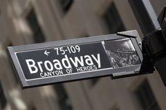 Улица Бродвей подписывает внутри более низко Манхаттан, Нью-Йорк Стоковая Фотография RF