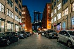 Улица Вашингтона и мост Манхэттена вечером, в DUMBO, Бруклин, Нью-Йорк стоковое изображение rf