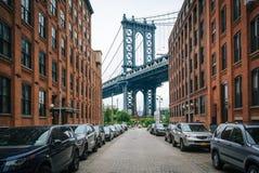Улица Вашингтона и мост Манхэттена, в DUMBO, Бруклин, Нью-Йорк стоковое изображение