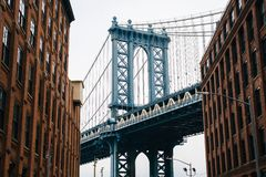 Улица Вашингтона и мост Манхэттена, в DUMBO, Бруклин, Нью-Йорк стоковое изображение rf