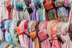 Улица витрины шарфов ` s женщин minimarket красочных стоковое фото