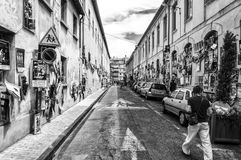 Улица вполне плакатов искусства во время фестиваля Авиньона в черно-белом Стоковая Фотография