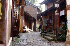 Улица в деревне Shaxi Этот городок вероятно самый неповрежденный городок каравана лошади на старом маршруте чая водя от y стоковое фото rf