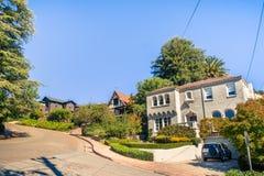 Улица в жилом районе Окленд стоковая фотография rf