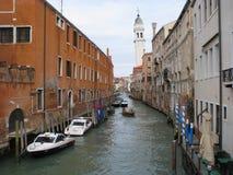 Улица в итальянском городе Венеции стоковые фотографии rf