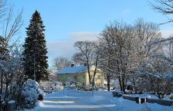 Улица в маленьком городе Ludvika на солнечный снежный зимний день Стоковые Изображения