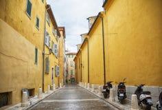 Улица в Сан Tropez, dAzur Коута стоковое фото rf