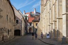 Улица в старом городке Братиславе стоковое изображение