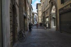 Улица в центре Лукки с маленькими магазинами и кафем стоковое фото