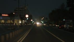 Улица города вождения автомобиля на ноче Левое замечание правил движения вспомогательную акции видеоматериалы