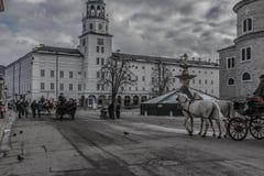 Улица города Зальцбурга Австрии с тележкой с лошадями стоковое изображение