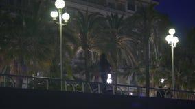 Улица города незамужней женщины идя поздно на ноче, романтичной паре наслаждаясь датой акции видеоматериалы
