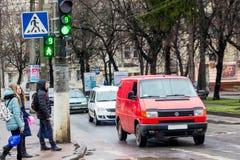 Улица города, около пешеходного перехода автомобилей и людей Стоковое Изображение