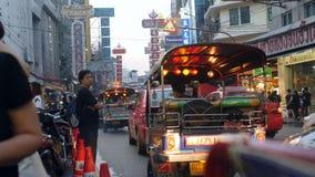 Улица городка Китая около дороги Khao Сан, популярного назначения и рынка ночи для туристов Бангкок, Таиланд - 26-ое октября видеоматериал