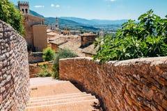 Улица городка Assisi старая в Италии стоковые фото