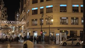 Улица двоеточия в ночи Валенсия, Испании Одна из главных коммерчески артерий сток-видео