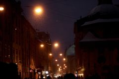 Улица европейского города зимы снежная на вечере сезонные праздники Стоковое Изображение
