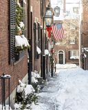 Улица жолудя в снеге с летанием американского флага стоковое фото