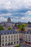 Улица и аббатство St Aubin внутри злят Loire Valley стоковые фотографии rf