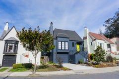 Улица и дома в жилых холмах Сан-Франциско, Калифорния стоковые фотографии rf